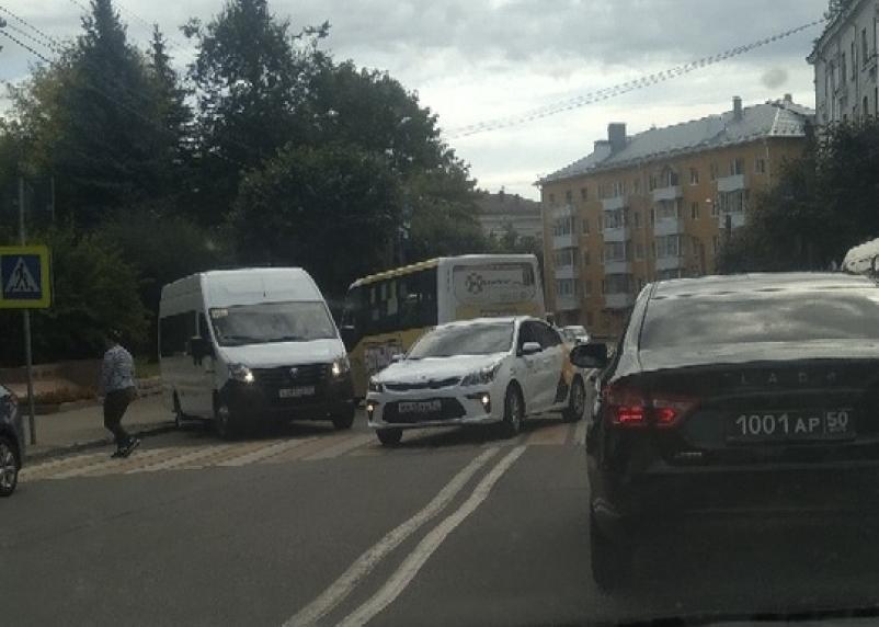 Объезд по встречке. ДТП на Дзержинского в Смоленске создало пробку