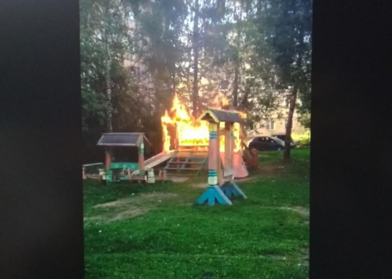 В Смоленской области дети подожгли горку. В Сети появилось видео пожара