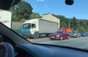 В Смоленске из-за ДТП большегрузов Верхний Волок стал в пробке