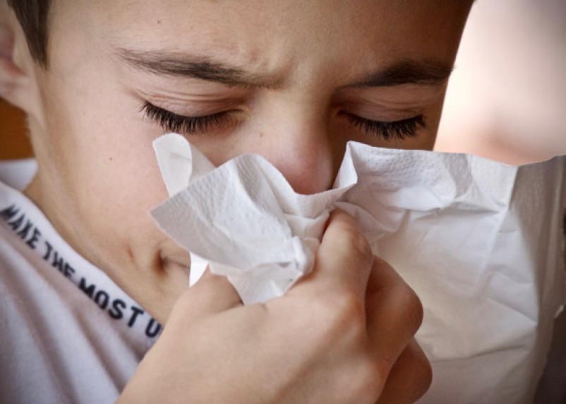 Врач рассказал, чем опасно чихание с закрытым ртом и носом