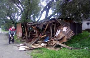 В Смоленской области водитель снес сарай и скрылся с места аварии