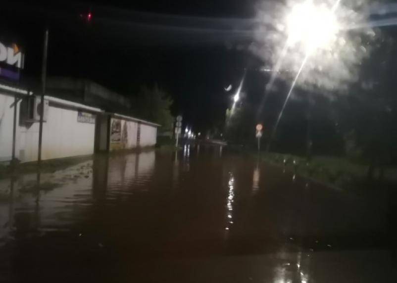 Непогода превратила улицу смоленского поселка в бассейн