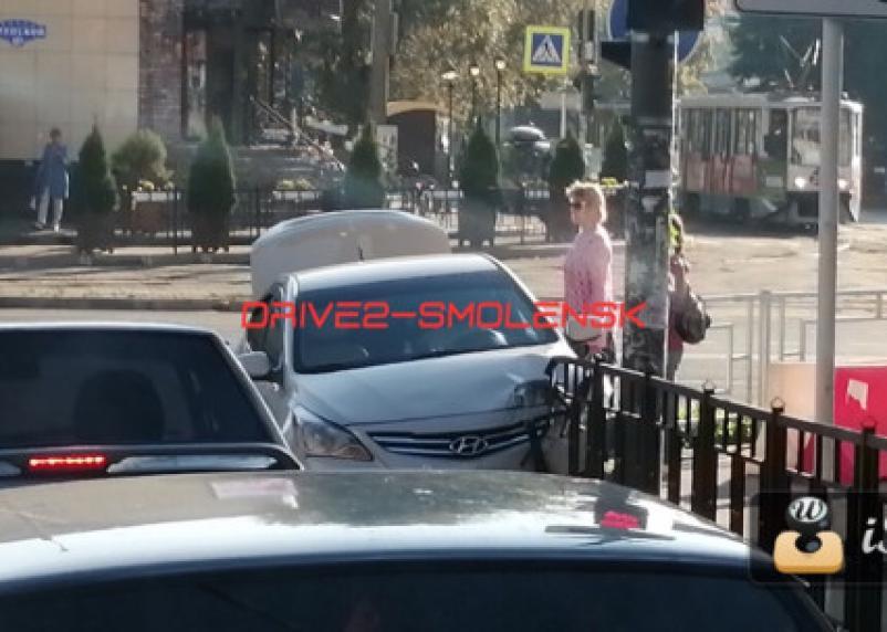 В Смоленске иномарка протаранил забор на пешеходном переходе