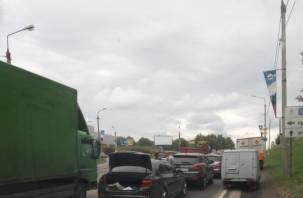 В Смоленске тройное ДТП блокирует движение