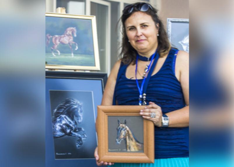 Выставка смоленской художницы-анималистки прошла на конном заводе в Брянской области