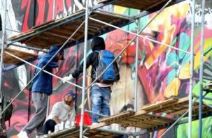 В Смоленске художники завершают рисовать граффити на кинотеатре «Современник»