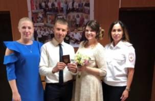 В Смоленске сотрудники отдела по вопросам миграции спасли свадьбу