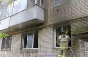 Хозяев дома не оказалось. В Смоленске тушили пожар в многоэтажке через окна