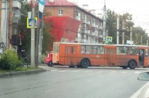 Легковушка и троллейбус схлестнулись на перекрестке трех дорог