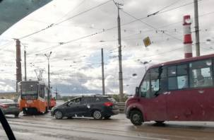 Из-за аварии с трамваем в Заднепровье собирается пробка