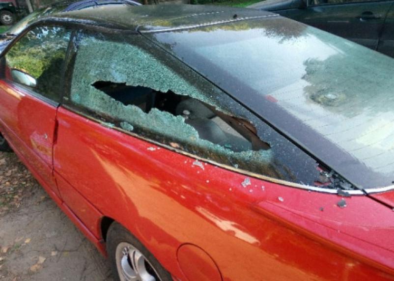 В Ярцеве вандалы разбомбили иномарку