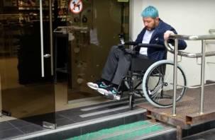 Артемий Лебедев сел в инвалидную коляску