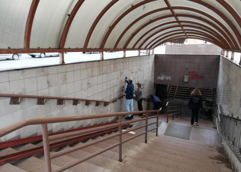 В Смоленске начали очищать подземный переход от надписей