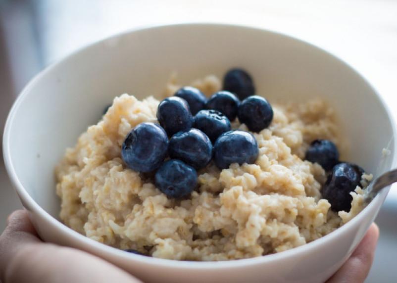 Врач-диетолог развенчала миф о пользе овсянки на завтрак