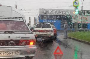 В Смоленске утреннее ДТП парализовало движение транспорта