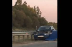 В Смоленской области ВАЗ влетел в отбойник. Последствия ДТП попали на видео