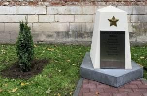 В Смоленске возле стел городов воинской славы высадили туи