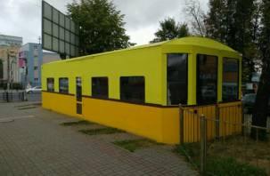 «Архитектурный понос»: в центре Смоленска появился странный желтый вагон