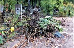 На том же месте. На смоленском кладбище вновь устроили свалку