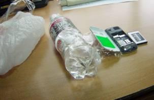 В Смоленске в СИЗО пытались закинуть спиртное и мобильник