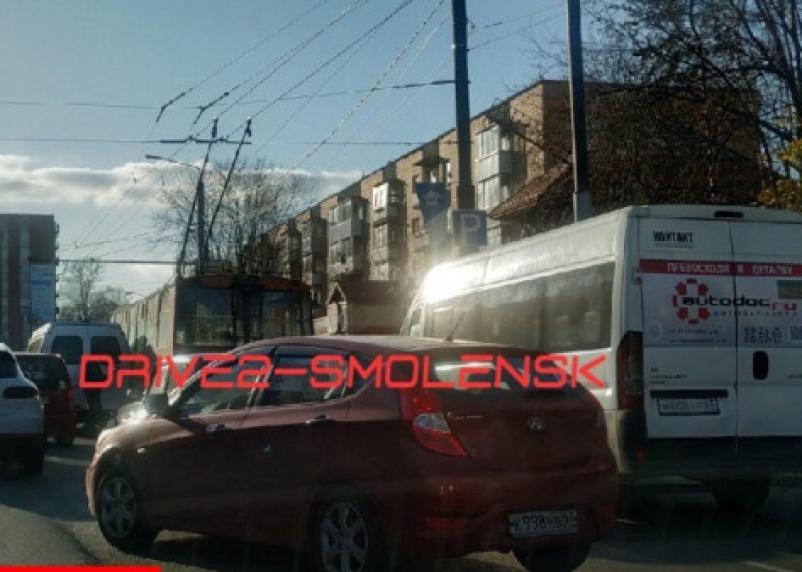 В Смоленске троллейбус и маршрутки не поделили остановку