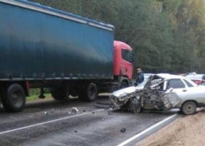 В Смоленской области ВАЗ влетел под фуру. Водитель легковушки погиб на месте ДТП