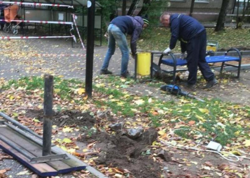В Смоленске ломают недавно установленные лавочки и спортплощадку на Багратиона