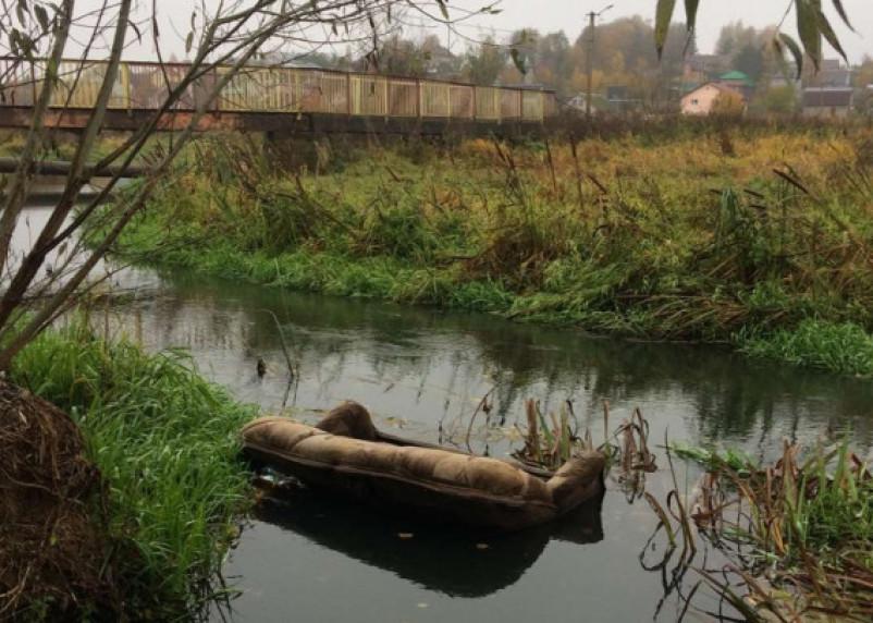 Ну очень благоустроенная Вязьма. В реке можно найти даже диваны