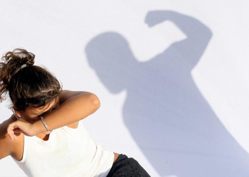 Тем, кто избивает члена своей семьи, судом запретят приближаться к жертве в течение года