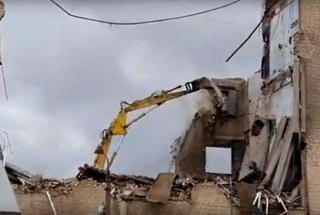 Слом сгоревшего корпуса «Шарма» попал на видео
