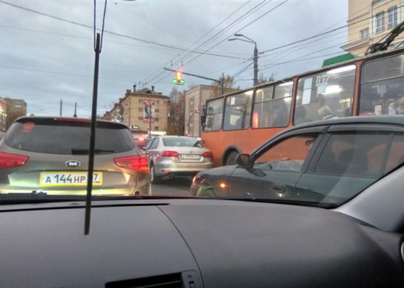 В Смоленске авария с троллейбусом собирает пробку