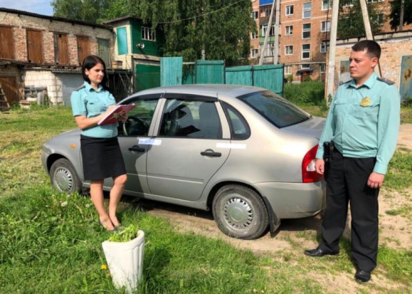 Смолянин задолжал за налоги и штрафы ГИБДД и хотел продать машину, но не получилось