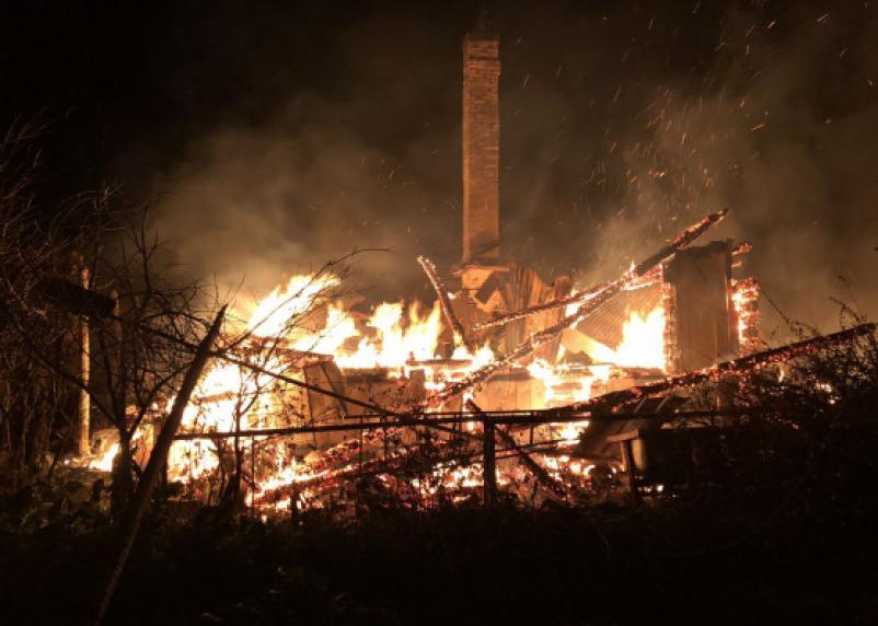 Решил согреться. В Смоленской области огонь оставил жителя деревни без дома
