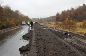 На отремонтированной дороге под Вязьмой уже разрушается покрытие