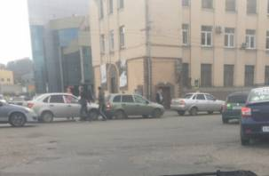 В Смоленске на Колхозной площади произошло тройное ДТП