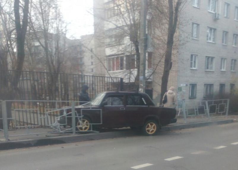 В Смоленске ВАЗ протаранил забор и выпрыгнул на тротуар
