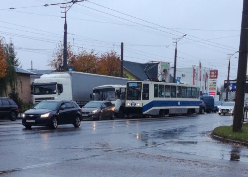 Трамвай, ПАЗ и иномарка не поделили дорогу в Смоленске