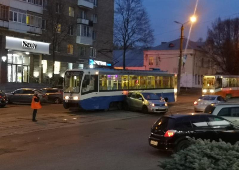 В Смоленске на Николаева ДТП остановило движение трамваев