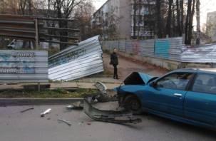 Легковушка снесла забор на улице Черняховского