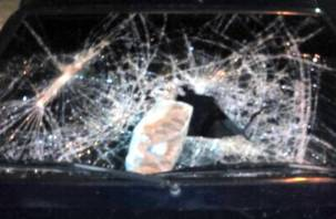 Житель Починка из-за ревности разбомбил кирпичом машину соперника
