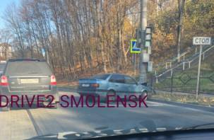 В Смоленске на «проклятом месте» иномарка протаранила столб