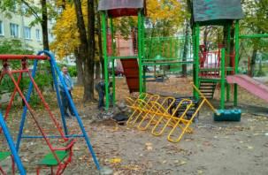 Блоггер Варламов заставил смоленских чиновников переделать детскую площадку