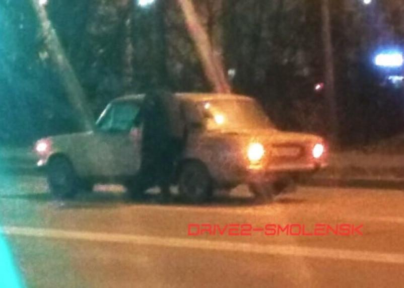 В Смоленске внедорожник подбил ВАЗ и скрылся с места ДТП