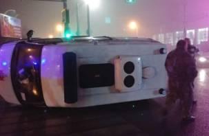 В Смоленске скорая опрокинулась на перекрёстке. Пострадали фельдшеры