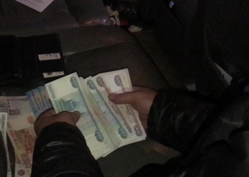 Сотрудники московской организации дали взятку начальнику Рославльского таможенного поста