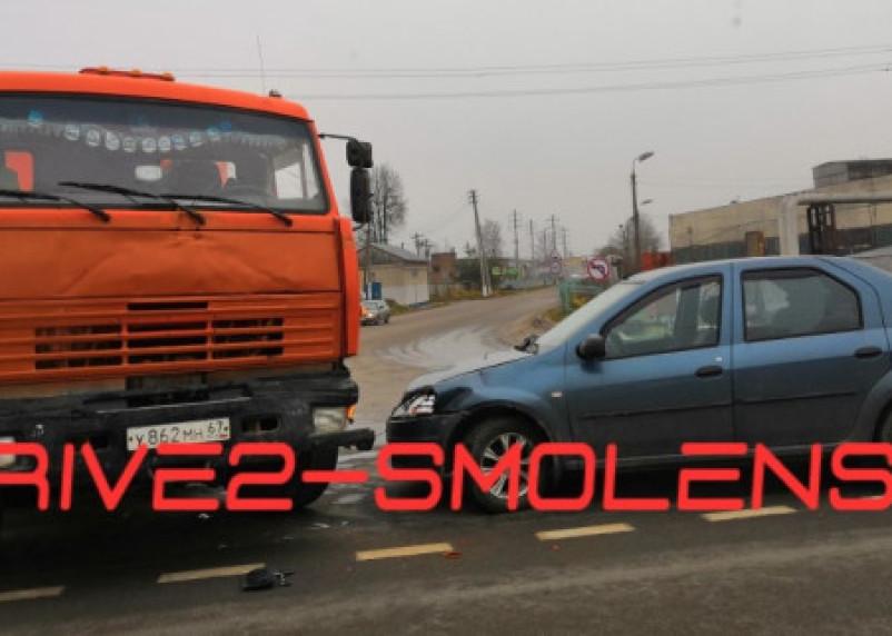 В Смоленском районе легковушка столкнулась с КАМАЗом