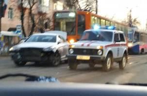 В Смоленске спешащая на пожар машина МЧС врезалась в иномарку. Трамваи стали