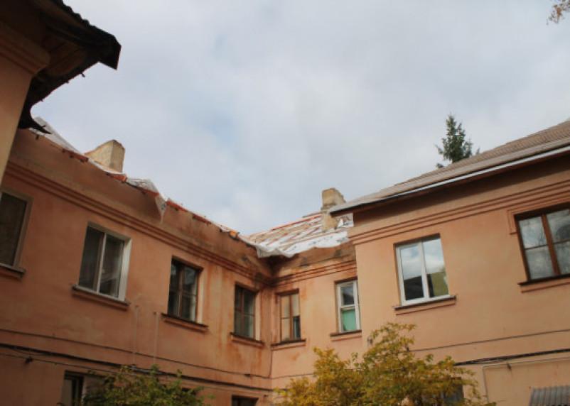 В Смоленске с крыши сорвался рабочий