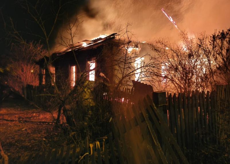 В Ярцеве в горящем доме пострадали люди