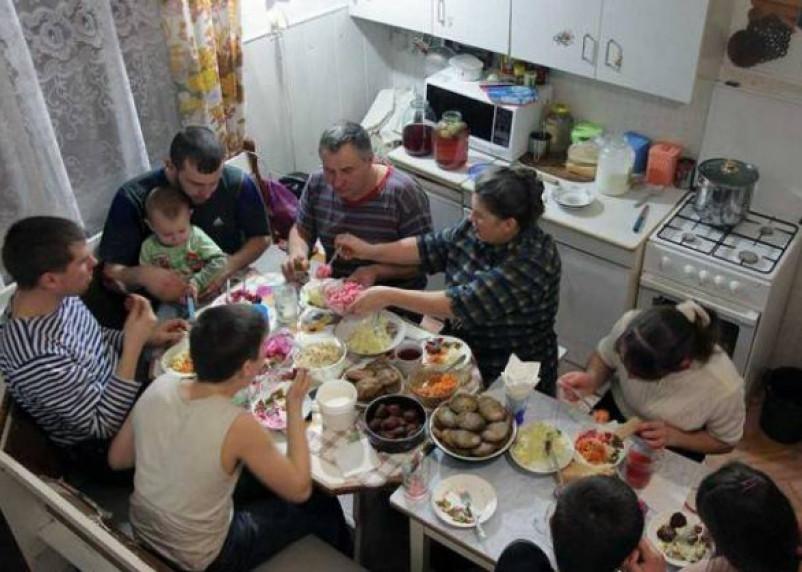 В компании друзей и родных люди съедают больше